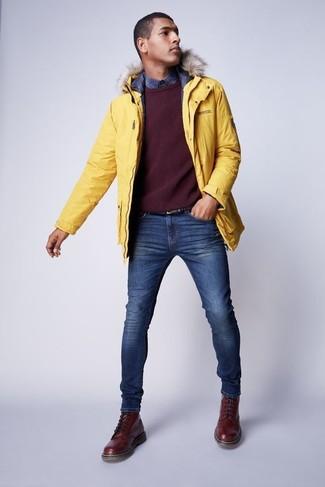 Cómo combinar: parka amarilla, jersey con cuello circular burdeos, camisa de manga larga de tartán azul marino, vaqueros pitillo azules