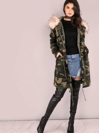 Cómo combinar: parka de camuflaje verde oscuro, jersey con cuello circular negro, minifalda vaquera azul, botas sobre la rodilla de cuero negras