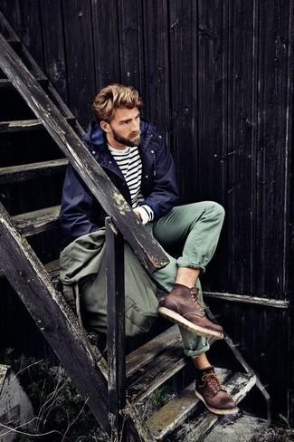 Cómo combinar: parka azul marino, jersey con cuello circular de rayas horizontales en blanco y negro, pantalón chino verde oliva, botas casual de cuero en marrón oscuro