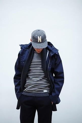 Cómo combinar: parka azul marino, jersey con cuello circular de rayas horizontales gris, pantalón de chándal azul marino, gorra de béisbol gris