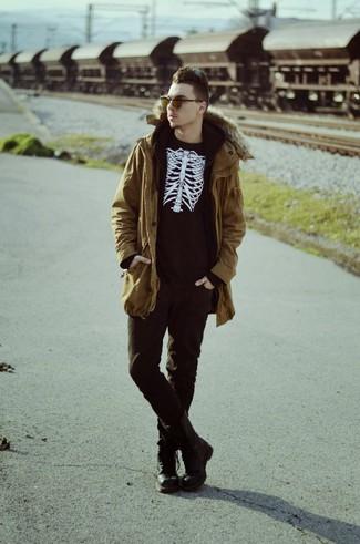 Cómo combinar: parka mostaza, jersey con cuello circular estampado en negro y blanco, sudadera con capucha negra, vaqueros negros