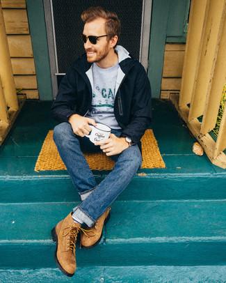 Cómo combinar: parka azul marino, jersey con cuello circular estampado gris, vaqueros azules, botas casual de ante marrón claro