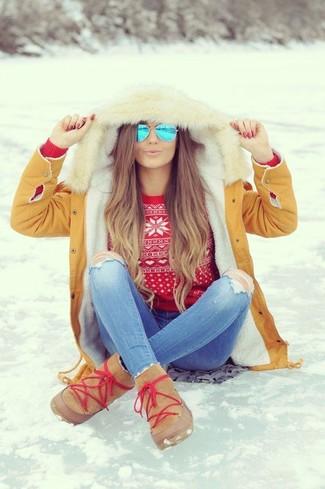 Cómo combinar: parka marrón claro, jersey con cuello circular de grecas alpinos rojo, vaqueros pitillo desgastados celestes, botas ugg marrón claro