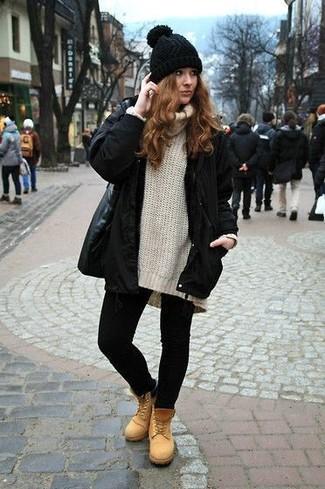 Cómo combinar: parka negra, jersey con cuello vuelto holgado en beige, leggings negros, botas planas con cordones de nubuck marrón claro