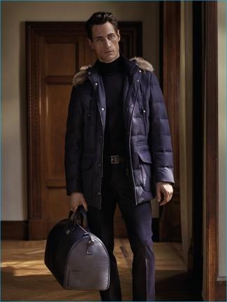 Cómo combinar: parka azul marino, jersey de cuello alto negro, pantalón de vestir negro, bolsa de viaje de cuero negra