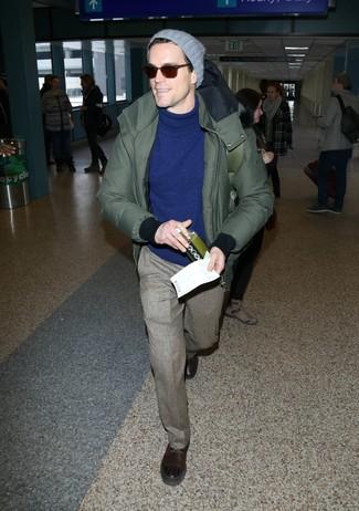 Cómo combinar: parka verde oliva, jersey de cuello alto azul, pantalón de vestir de lana marrón, botas casual de cuero en marrón oscuro