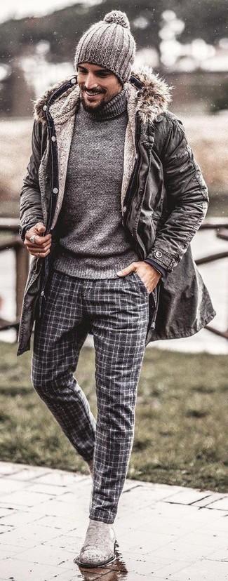 Cómo combinar: parka gris, jersey de cuello alto gris, pantalón de vestir de lana de tartán gris, botines chelsea de ante grises