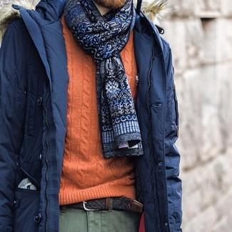 Cómo combinar: parka azul marino, jersey de ochos naranja, pantalón chino verde oliva, corbata estampada azul marino