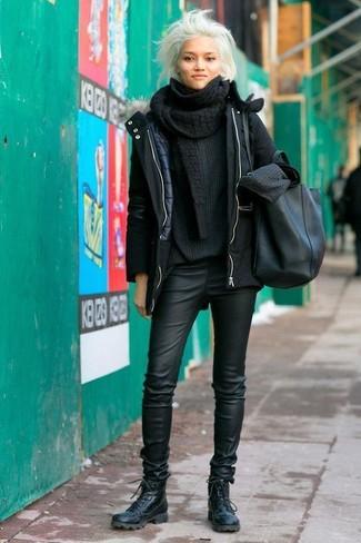 Cómo combinar: parka negra, jersey oversized de punto negro, pantalones pitillo de cuero negros, botas planas con cordones de cuero negras