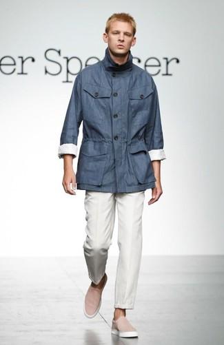 Cómo combinar: parka ligera azul marino, pantalón de vestir blanco, zapatillas slip-on rosadas