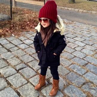Cómo combinar: parka negra, leggings negros, botas marrónes, gorro rojo
