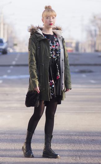 Comment porter: parka olive, robe décontractée brodée noire, bottines plates à lacets en cuir noires, sac bandoulière en fourrure noir