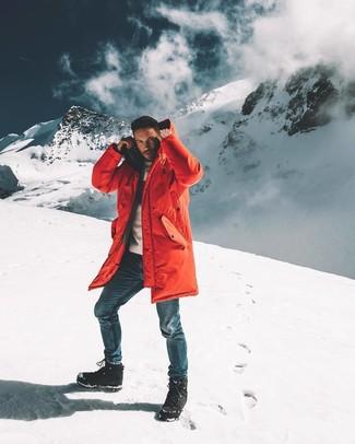 Cómo combinar: parka roja, jersey con cuello circular blanco, vaqueros azules, botas para la nieve negras