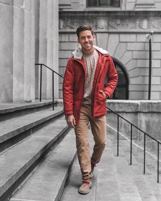 Cómo combinar: parka roja, jersey de ochos en beige, pantalón chino marrón, botas safari de ante marrónes