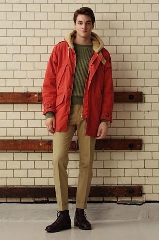 Cómo combinar: parka roja, jersey de ochos verde oliva, pantalón de vestir marrón claro, botas casual de cuero en marrón oscuro