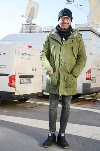 Scarf Outfits For Men: Choose an olive parka and a scarf for a casual street style look that's easy to wear. Black athletic shoes will dress up this getup.