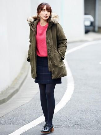 Cómo combinar: parka verde oliva, sudadera roja, minifalda de lana a cuadros azul marino, zapatos derby de cuero negros
