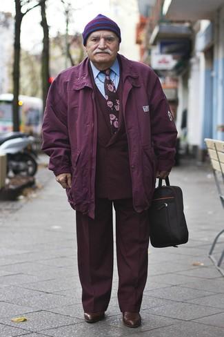 Cómo combinar: parka morado, traje de tres piezas burdeos, camisa de vestir celeste, botines chelsea de cuero en marrón oscuro
