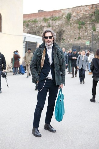 Cómo combinar: parka de camuflaje verde oliva, traje azul marino, jersey de cuello alto blanco, botas casual de cuero negras