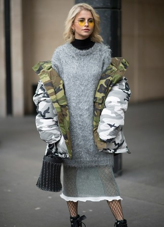 This combo of a grey knit sweater dress and a grey camouflage parka will set you apart effortlessly. And if you want to instantly bump up the style of your look with one piece, add black leather lace-up ankle boots to the equation. This combination is the definition of perfect for when temps are dropping and autumn is in the air.
