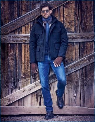 Cómo combinar: parka de lana azul marino, vaqueros azules, botas de trabajo de cuero negras, bufanda azul marino