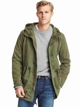 Cómo combinar: parka de algodón verde oliva, sudadera gris, camiseta con cuello circular blanca, vaqueros azules
