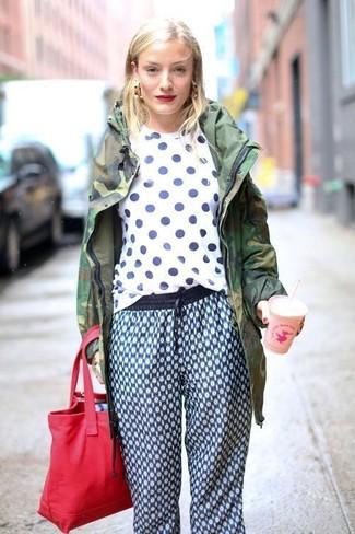 Cómo combinar: parka de camuflaje verde oscuro, camiseta con cuello circular a lunares en blanco y azul marino, pantalón de chándal estampado azul, bolsa tote de lona roja