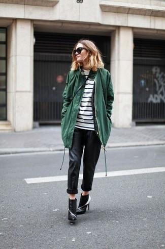 Cómo combinar: parka verde oscuro, camiseta de manga larga de rayas horizontales en blanco y negro, pantalones pitillo de cuero negros, botines de cuero en negro y blanco