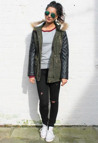 Cómo combinar: parka de cuero verde oscuro, jersey con cuello circular gris, vaqueros pitillo desgastados negros, zapatillas altas de lona blancas