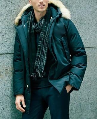 Cómo combinar: parka verde oscuro, jersey con cuello circular negro, pantalón chino negro, bufanda de tartán verde oscuro
