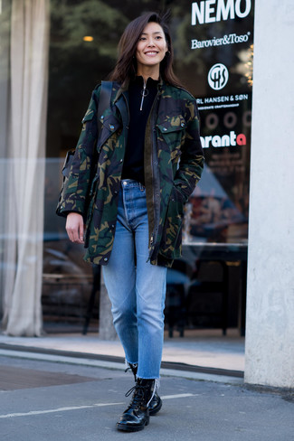 Cómo combinar: parka de camuflaje verde oscuro, jersey de cuello alto negro, vaqueros celestes, botas planas con cordones de cuero negras