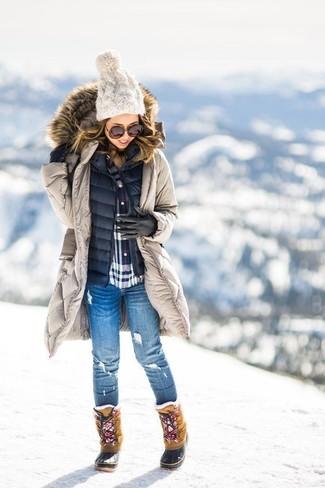 Harmonise une parka beige avec des gants en cuir noirs pour un look idéal le week-end. Cet ensemble est parfait avec une paire de des bottes d'hiver brunes claires.