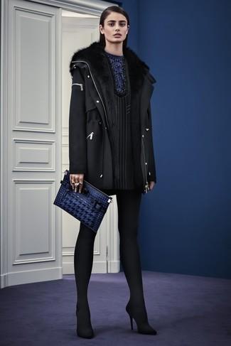 Cómo combinar: parka de lana negra, vestido recto de rayas verticales negro, zapatos de tacón de ante negros, cartera sobre de cuero azul marino