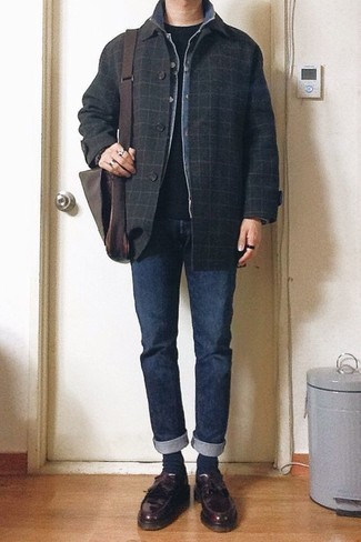 How to Wear a Black and White Crew-neck T-shirt In Cold Weather For Men: A black and white crew-neck t-shirt and navy jeans are must-have menswear items, without which our wardrobes would surely be incomplete. A pair of burgundy leather tassel loafers immediately ups the wow factor of any ensemble.