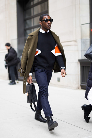 How to Wear a Black Print Sweatshirt For Men: A black print sweatshirt and navy chinos are the kind of a fail-safe casual combination that you need when you have no extra time to assemble a look. Black leather chelsea boots are guaranteed to inject a touch of elegance into your outfit.