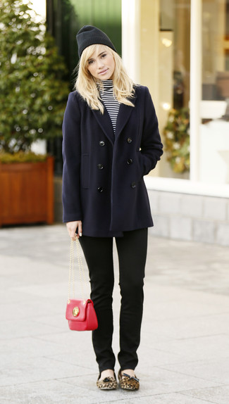 A navy pea coat and black skinny jeans will give off this very sexy and chic vibe. Opt for a pair of ballerina shoes to loosen things up. This outfit is ideal for awkward fall weather.