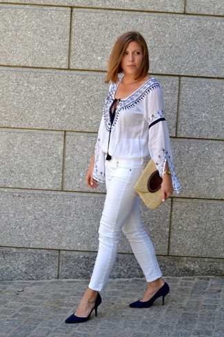 How to wear: white and blue embroidered peasant blouse, white skinny jeans, black suede pumps, beige straw clutch