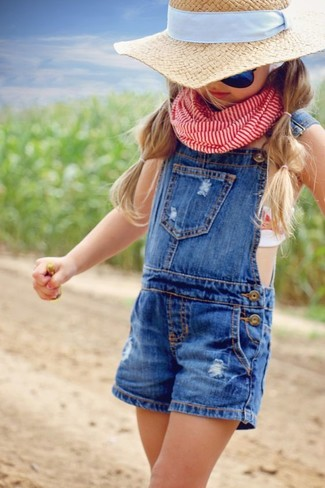Cómo combinar: peto azul, sombrero en beige, bufanda roja