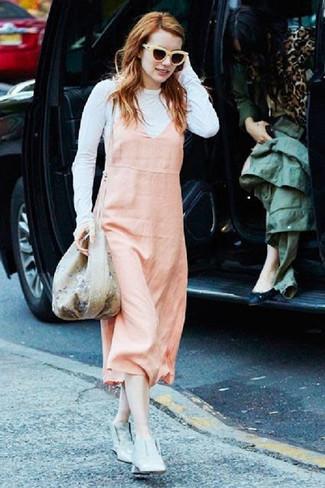Cómo combinar: pichi rosado, camiseta de manga larga blanca, botines de cuero grises, mochila con cordón con print de flores en beige