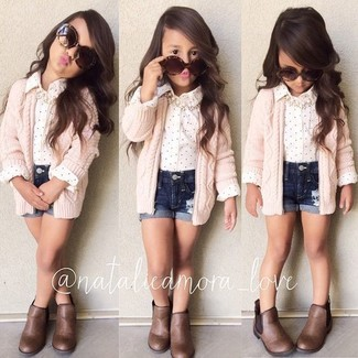 How to wear: pink cardigan, white long sleeve shirt, navy denim shorts, brown boots