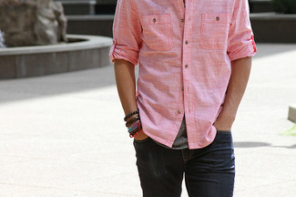 If it's comfort and ease that you're looking for in an outfit, wear a rose pink chambray button-down shirt with black jeans. As this combination shows, you can't think of a better option for summer.