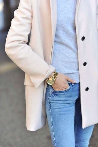 This combination of a pink coat and baby blue skinny jeans is perfect for off-duty occasions.