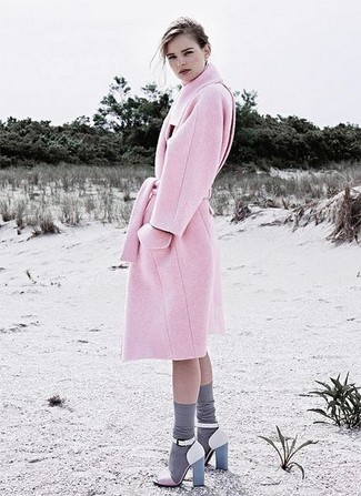 How to Wear Pink Sandals In Cold Weather For Women: As you can see, looking polished doesn't require that much effort. Consider wearing a pink coat and you'll look seriously stylish. Infuse some casualness into this look with a pair of pink sandals.