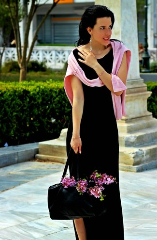 A rose pink crew-neck sweater and a black slit maxi dress are a great outfit formula to have in your arsenal.