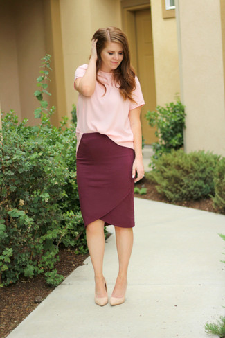 How to wear: pink crew-neck t-shirt, burgundy pencil skirt, beige leather pumps