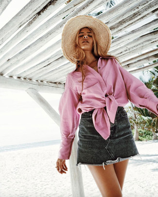 Khaki Straw Hat Outfits For Women: A pink dress shirt looks so great when worn with a khaki straw hat.