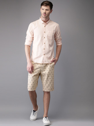 Dress in a Club Monaco Slim Fit End On End Shirt and beige print shorts to get a laid-back yet stylish look. A pair of white plimsolls will seamlessly integrate within a variety of outfits. Undoubtedly, you're looking at a great choice for a summertime afternoon.