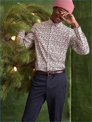 How to Wear a Floral Shirt For Men: For sharp menswear style without the need to sacrifice on practicality, we turn to this pairing of a floral shirt and navy chinos.