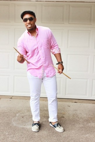 How to wear: pink long sleeve shirt, white chinos, beige leather boat shoes, grey flat cap