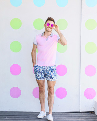 How to Wear a Pink Polo For Men: Extra dapper and comfortable, this relaxed combo of a pink polo and blue floral shorts provides variety. If not sure as to what to wear when it comes to shoes, go with white canvas low top sneakers.